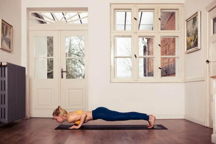 frau macht yoga tiefes brett