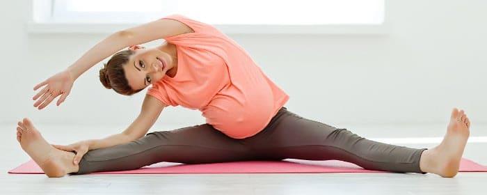 Schwangere Frau trainiert