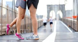 Päärchen beim Training im auf einer Brücke