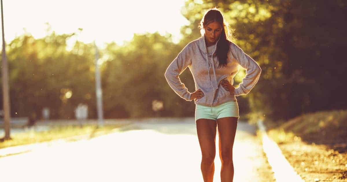 Sportlerin macht Pause beim Training
