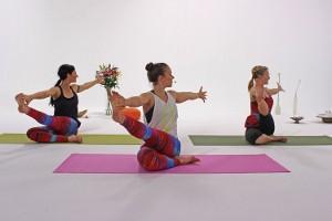 3 Frauen bei der Ausführung der Rückenübung Twist
