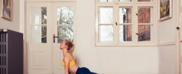 frau macht yoga heraufschauender Hund