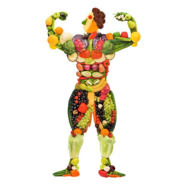 Ein Muskelmann aus Gemüse und Obst