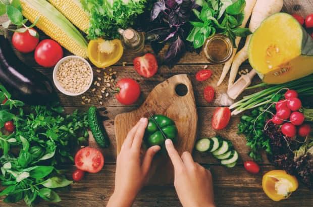 Ein Holztisch voller frischem Gemüse