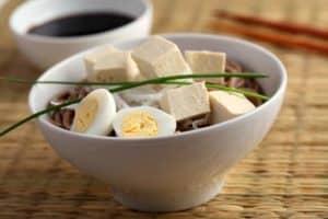 Eier und Tofu sind zwei hochwertige vegetarische Eiweißquellen