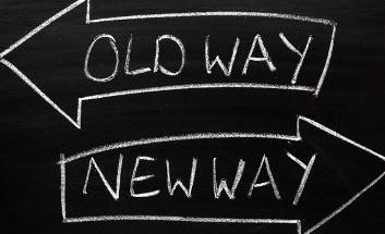 Zwei Pfeile in entgegengesetzer Richtung beschriftet mit Old Way und New Way
