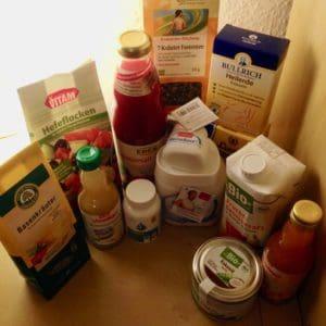 Verschiedene Produkte zum Heilfasten stehen auf dem Küchentisch