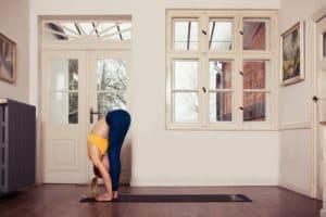 Frau macht Yoga Vorbeuge