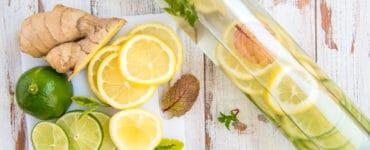 Eine Glasflasche mit frischem Ingwerwasser und Zitronenscheiben