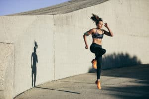 Frau macht Sport zum Entwässern