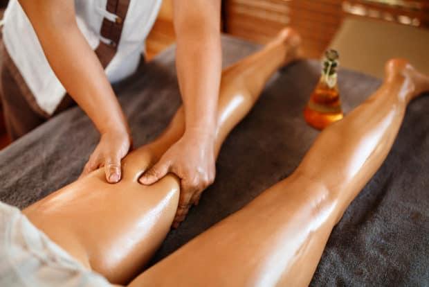 Massage der Beine mit Öl