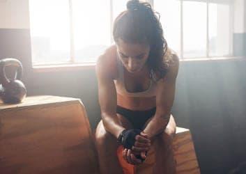 Sportlerin denkt nach über GYMONDO Programme