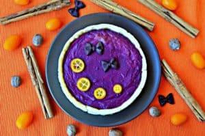 Backform mit lila Kuchen, gefärbt mit Yams Wurzel