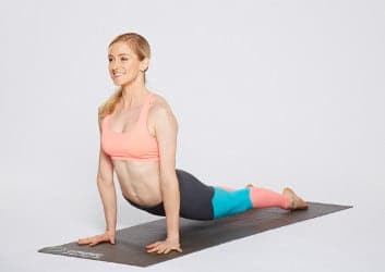 Frau bei der Ausführung der Yoga-Übung Cobra