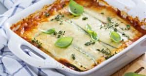 Eine frisch gebackene Zucchini Lasagne